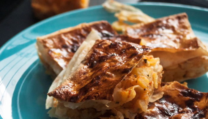 Patatesli tepsi börek: Yumuşacık olması sağlayan şey üstüne dökülen sosu ve pişmeden önce...