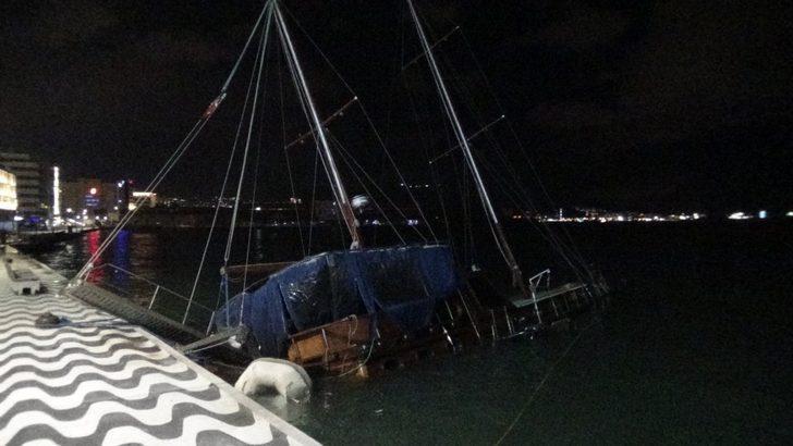 İzmir'de fırtına nedeniyle tekne yan yattı