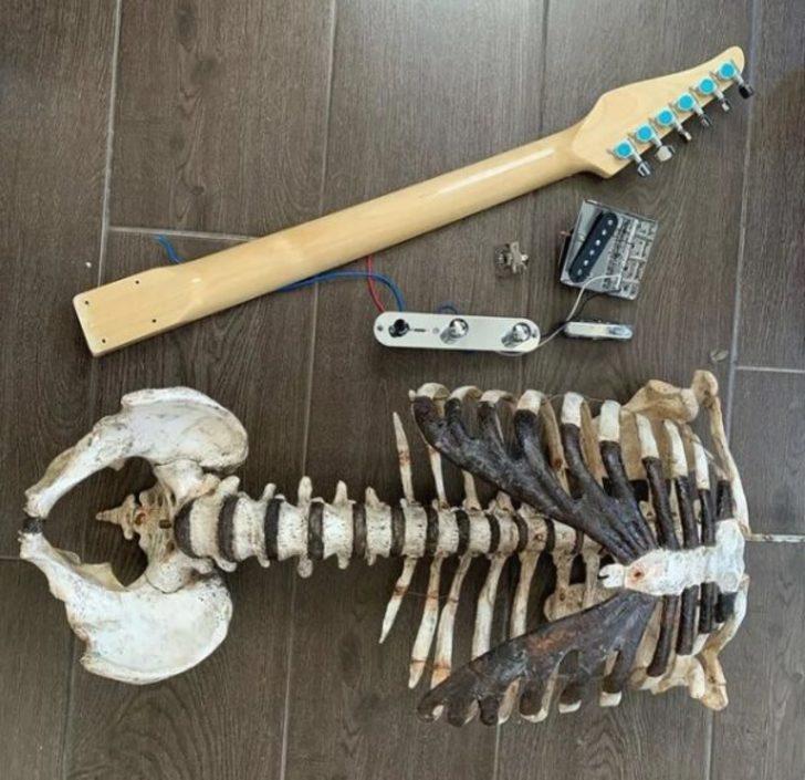 Amcasının iskeletinden elektro gitar yaptı