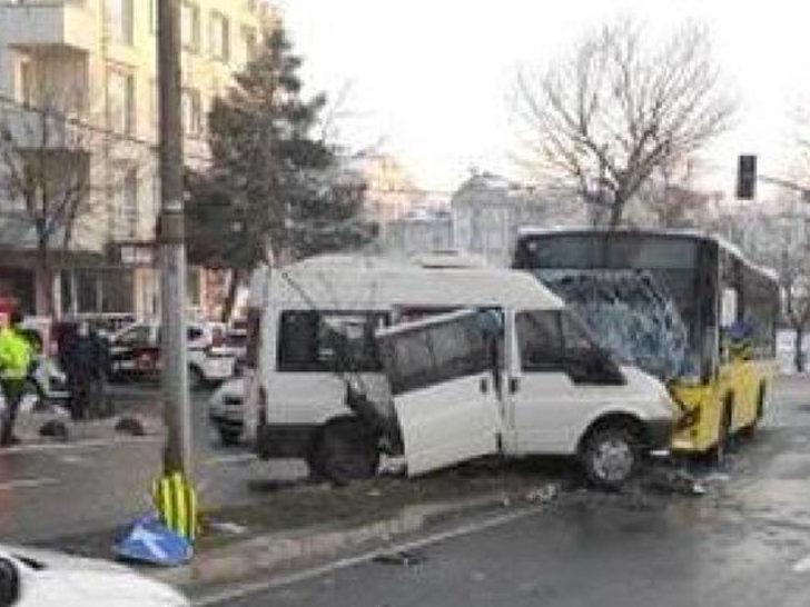 Son Dakika: İETT otobüsüyle minibüs çarpıştı! Yaralılar var