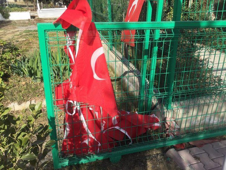 15 Temmuz şehidi ikiz polislerin mezarlarına alçak saldırı! ile ilgili görsel sonucu