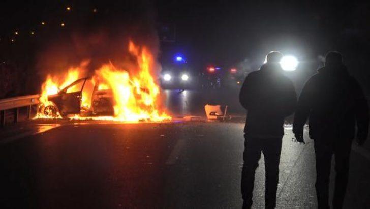 150 kilometrelik kovalamacanın ardından polis barikatına çarpan otomobil alev aldı