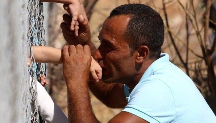 Suriyeli mültecilerin çileli yaşamı: Dikenli tellerin ardından oğlunu öptü