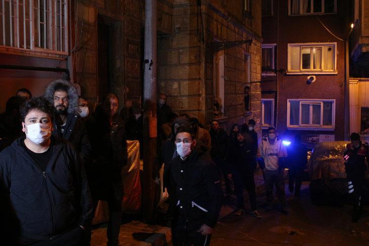 Beyoğlu'nda korkutan yangın: Alevlerin arasından komşuları kurtardı