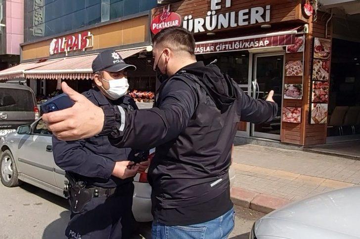 Kısıtlamaya uymadı, ceza yazılınca polisin üzerine yürüyerek bağırdı