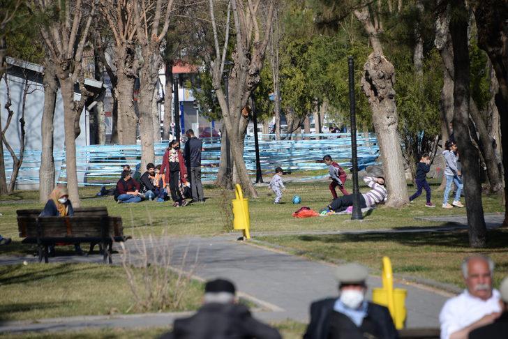 Güneşi gören kısıtlamayı unuttu! O kentte yaşayanlar parklara akın etti