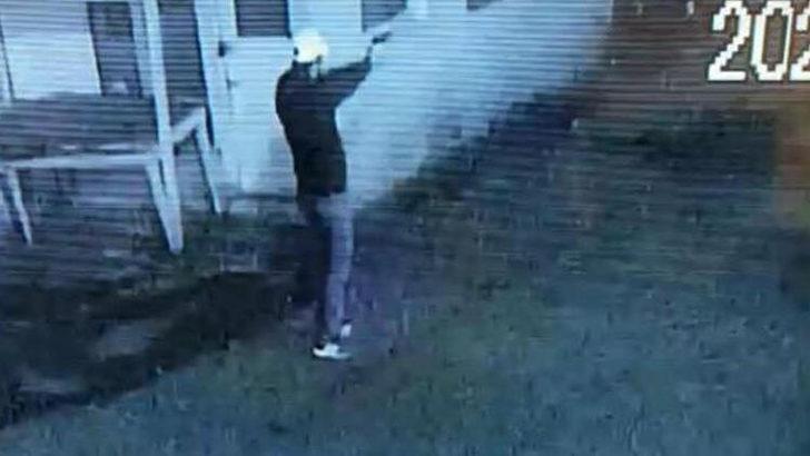 Polis aracına kurşun yağdırırken kameraya yakalandı! İfadesi 'pes' dedirtti