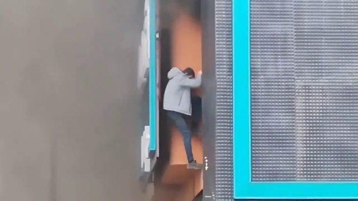 Son Dakika: Ataşehir'de mobilya fabrikasında yangın! İşçi son anda kurtuldu