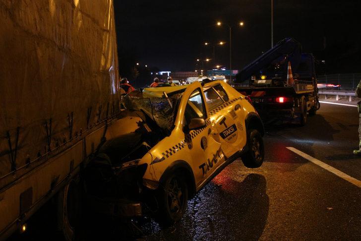 FSM Köprüsü'nde taksi TIR'ın altına girdi: Hurdaya dönen araçtan burnu bile kanamadan kurtuldu