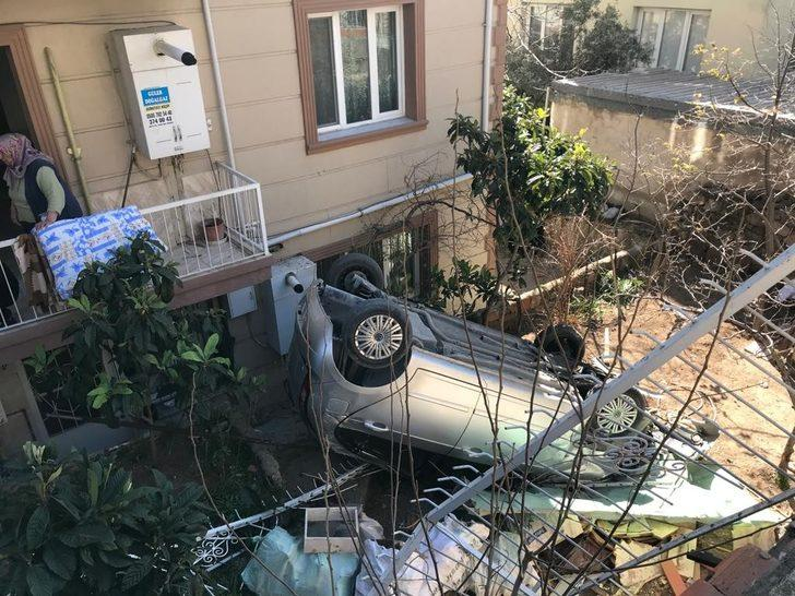 İzmir'de korkunç olay! Otomobil bahçeye uçtu, 10 yaşındaki çocuk altında kaldı