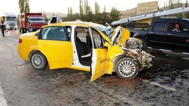 Kamyonla çarpışan taksideki çift hayatını kaybetti