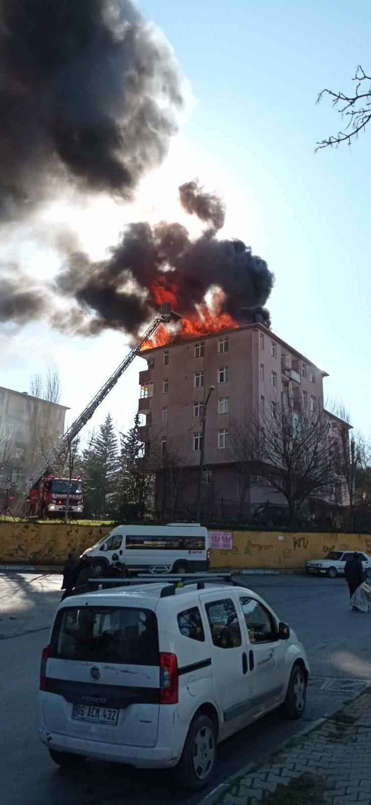Eyüpsultan'da binanın çatısı alev alev yandı