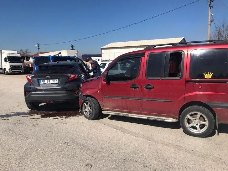 Otomobil ile hafif ticari aracın karıştığı kazada 1 kişi yaralandı