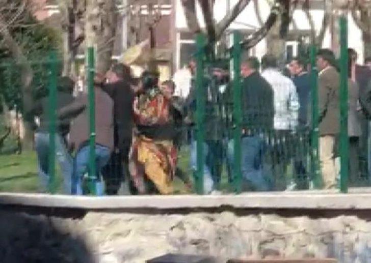 İstanbul'da parkta kavga! Aileler de karıştı, bir genç boğazından bıçaklandı