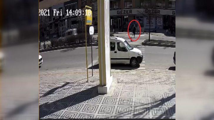 Yaya geçidinde otomobil çarpan kadın metrelerce havada savruldu