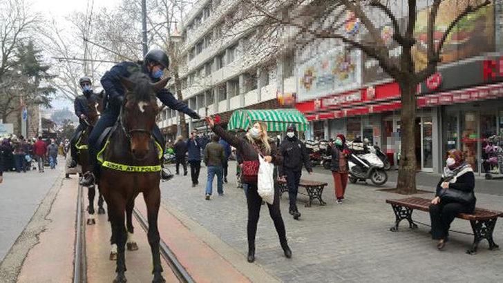 Atlı kadın polisler, kadınlara karanfil dağıttı