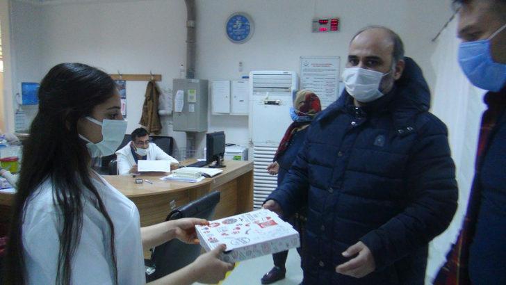 Doktoru tehdit etti, sağlık çalışanlarından özür dileyip pizza dağıttı
