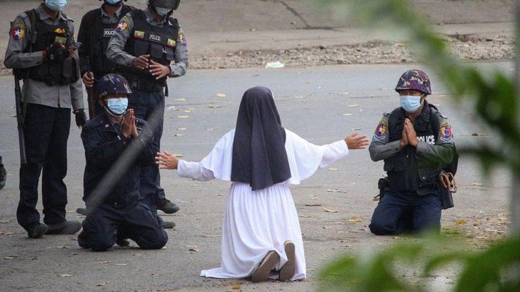 Myanmar'da darbe karşıtı protestolar: Rahibe polislere 'Çocukları vurmayın, beni vurun' diye yalvardı