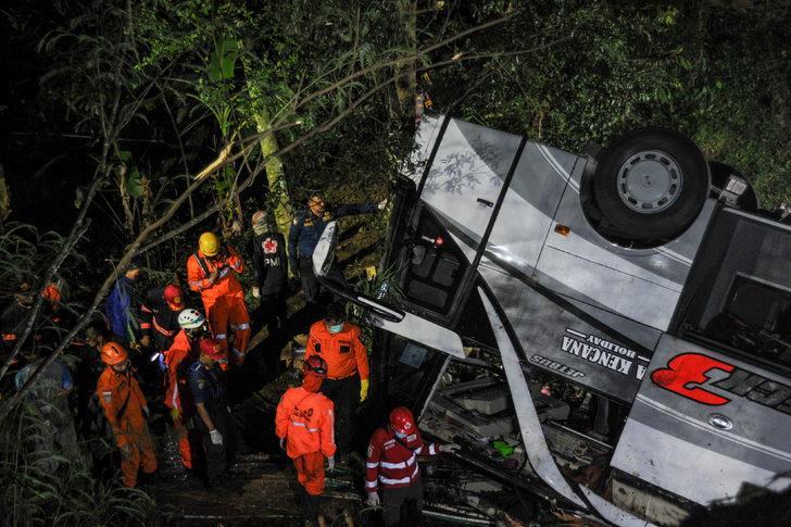 Endonezya'da otobüs vadiye uçtu: 27 ölü, 39 yaralı
