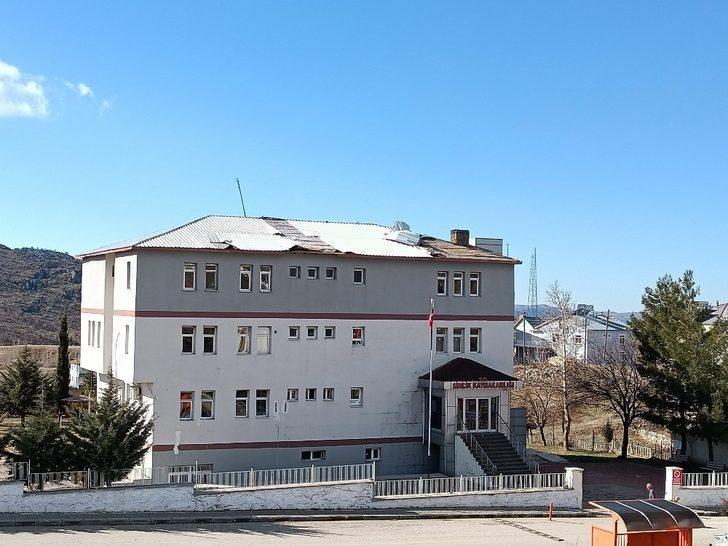 Sincik'te kaymakamlığın ve okulun çatısı uçtu
