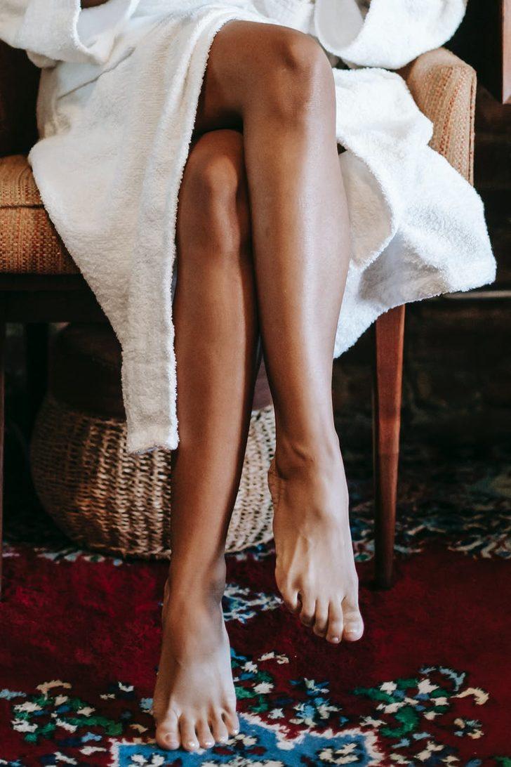 Uzun süreli olarak bacak bacak üstüne atarak oturursanız vücudunuza neler olur?