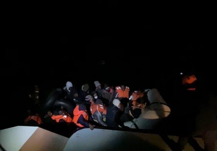 Sürüklenen lastik bottaki 34 düzensiz göçmen kurtarıldı