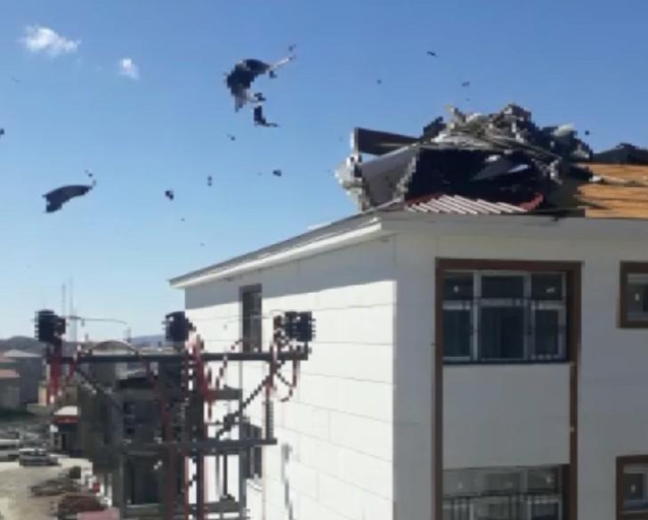 Şiddetli rüzgar can aldı, çatılar yerinden kağıt gibi fırladı!