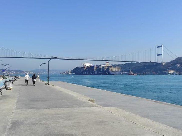 3 futbol sahası uzunluğunda! Dev konteyner gemisi, İstanbul Boğazı'ndan geçti