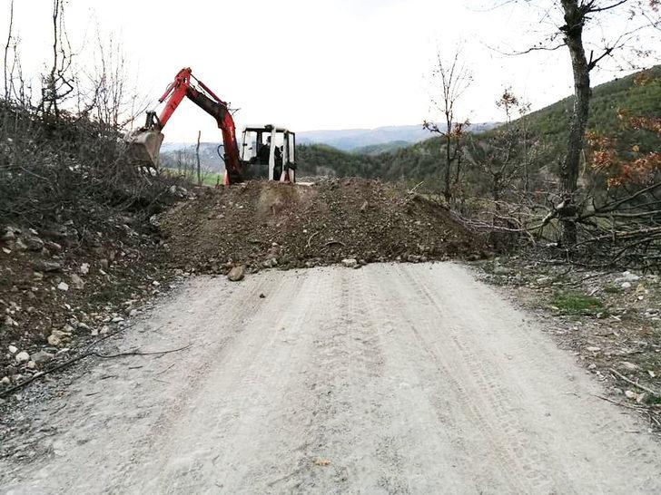 Sinop'ta karantina uygulanan köyün yolu toprakla kapatıldı