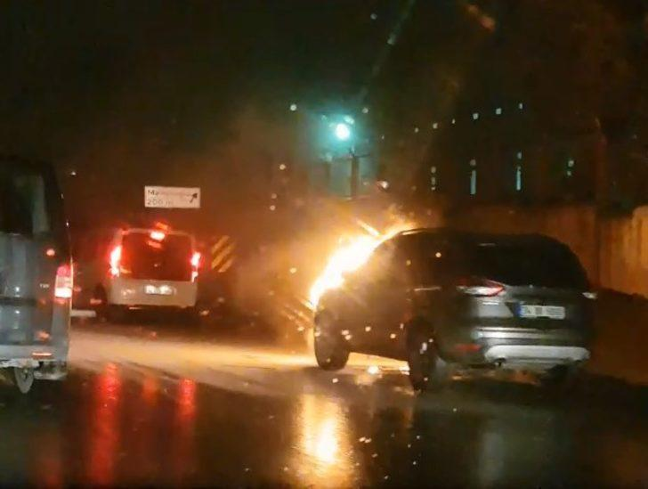 İstanbul trafiğini kilitleyen olay! Otomobil seyir halinde alev topuna döndü