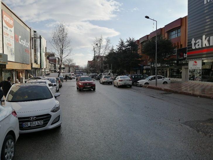 Başkent'te vinç park halindeki iki otomobili biçti