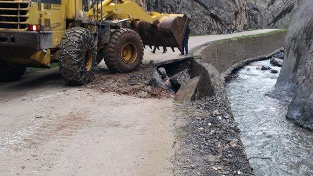 Uludere'de sel nedeni ile bozulan yollar onarılıyor