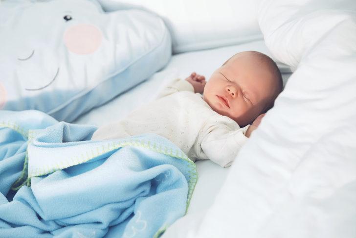 Bebeği sırtüstü yatırmak ani ölümlerde riski azaltıyor!