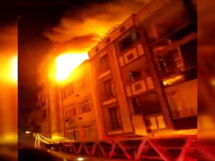 İstanbul'da korku dolu anlar! 3 katlı binanın çatısı alev alev yandı