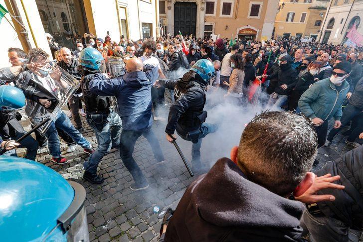 Ülke karıştı! Roma'da Covid-19 kısıtlamaları protesto edildi