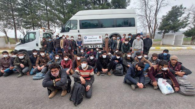 Batman'da bir minibüste 49 düzensiz göçmen yakalandı