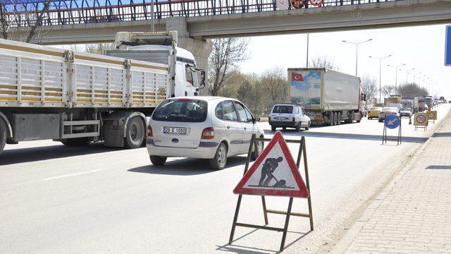 Yol çalışması kilometrelerce araç kuyruğuna sebep oldu