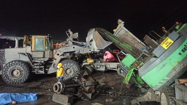 Bartın'da demir çelik fabrikasında üzerine vinç devrilen kamyonun sürücüsü öldü