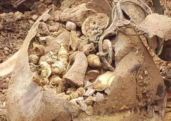 Ev inşaatı için yapılan kazıdan hazine çıktı! Dua etmeye başladılar