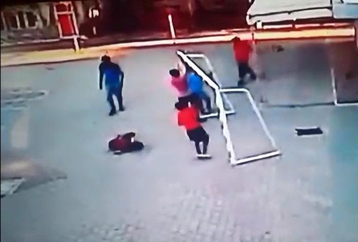 Maç yaparken ölümden döndü! Asıldığı kale direğinin altında kaldı - Son  Dakika Haberler