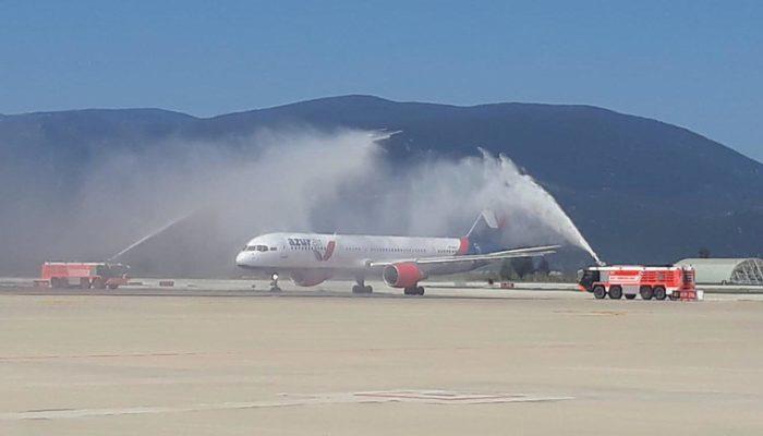 Bodrum'a sezonun ilk Rus turist kafilesini getiren uçak, su takı ile karşılandı thumbnail