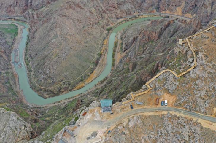 Sivas'ın Divriği ilçesinde yerden 200 metre yükseğe yapılan cam teras görenlerin nefesini kesti
