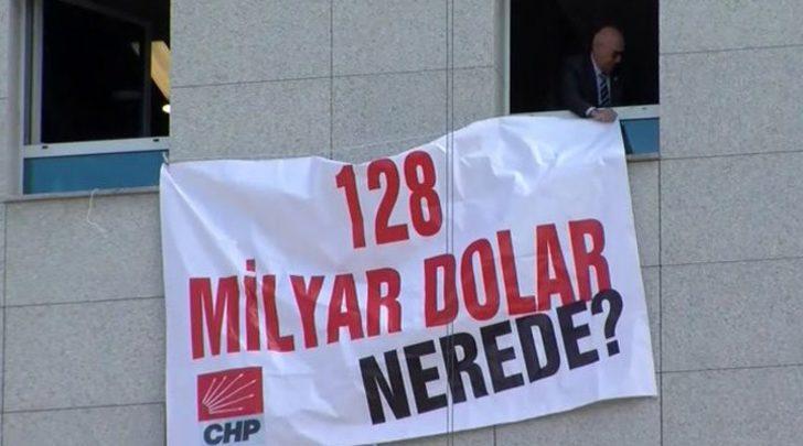CHP'li Mahmut Tanal'ın TBMM'de astığı '128 milyar dolar nerede?' pankartı olay oldu