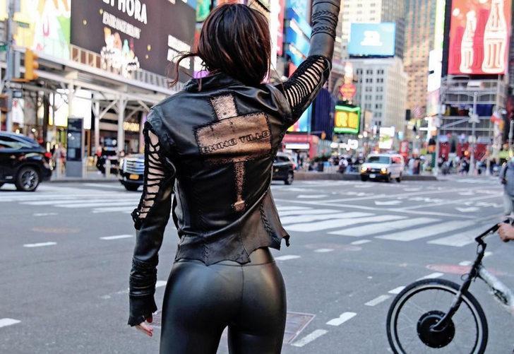 Defne Samyeli'den New York caddelerinde deri kıyafetli pozlar!