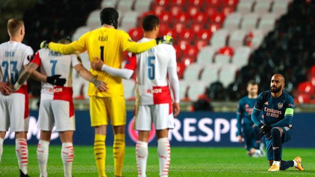 Arsenalli oyuncular, 'Irkçılığa karşı' diz çöktü