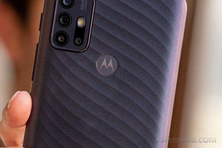 İki orta sınıf Motorola akıllı telefonu yolda