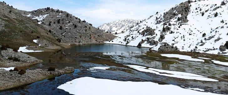 Dağların zirvesindeki Karagöl manzarasıyla görenlerini hayran bırakıyor