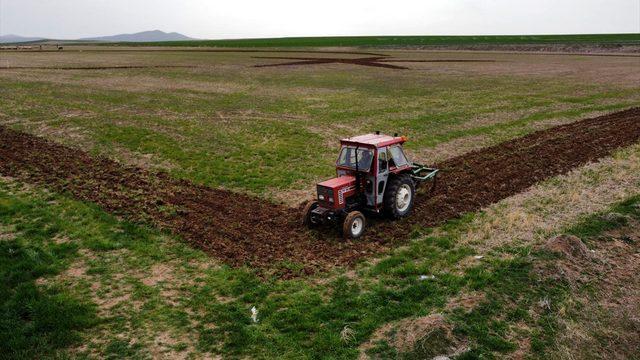 Kırşehirli çiftçi, bayrak sevgisini traktörüyle tarlasına yansıttı
