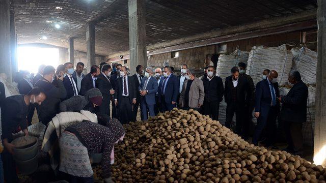 Bitlis'te depolarda kalan patatesler, ihtiyaç sahiplerinin sofrasına ulaştırılıyor