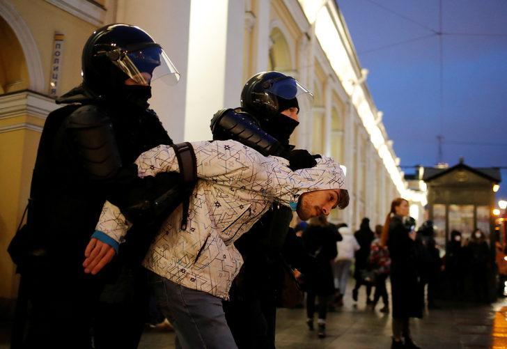 Muhalifler sokaklara döküldü, yüzlerce gözaltı var!